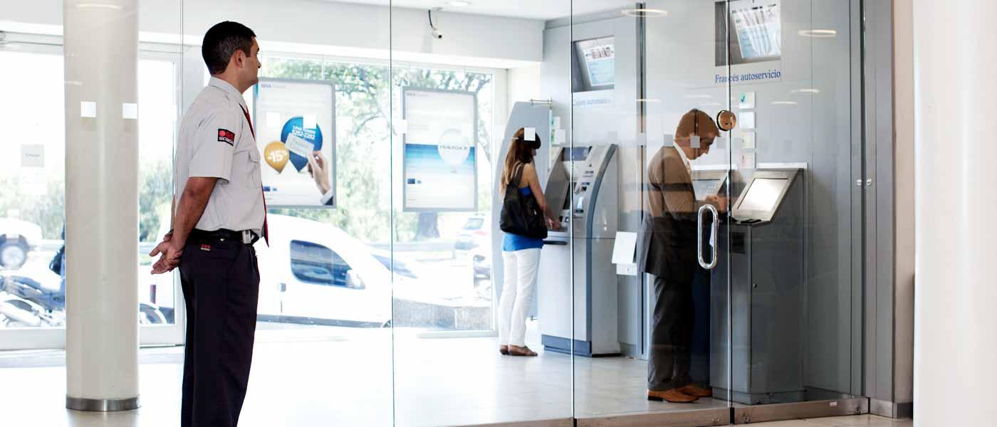 Nạp thẻ điện thoại qua thẻ ATM tại cây ATM (Nguồn Internet)