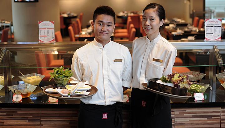 Phục vụ ở quán ăn, nhà hàng (Nguồn Internet)