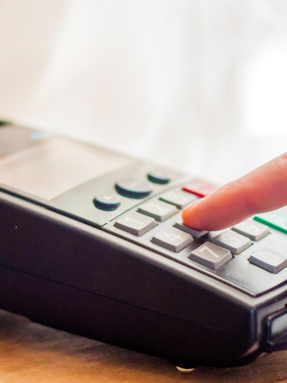 Cà thẻ bằng máy POS có tốn phí không?