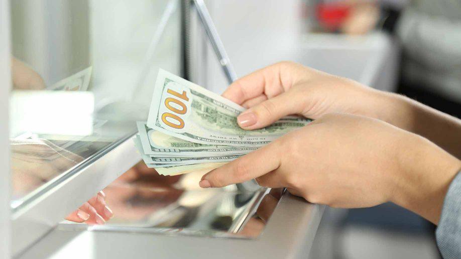 Chuyển tiền vào cuối tuần thường nhận được tiền muộn (Nguồn Internet)