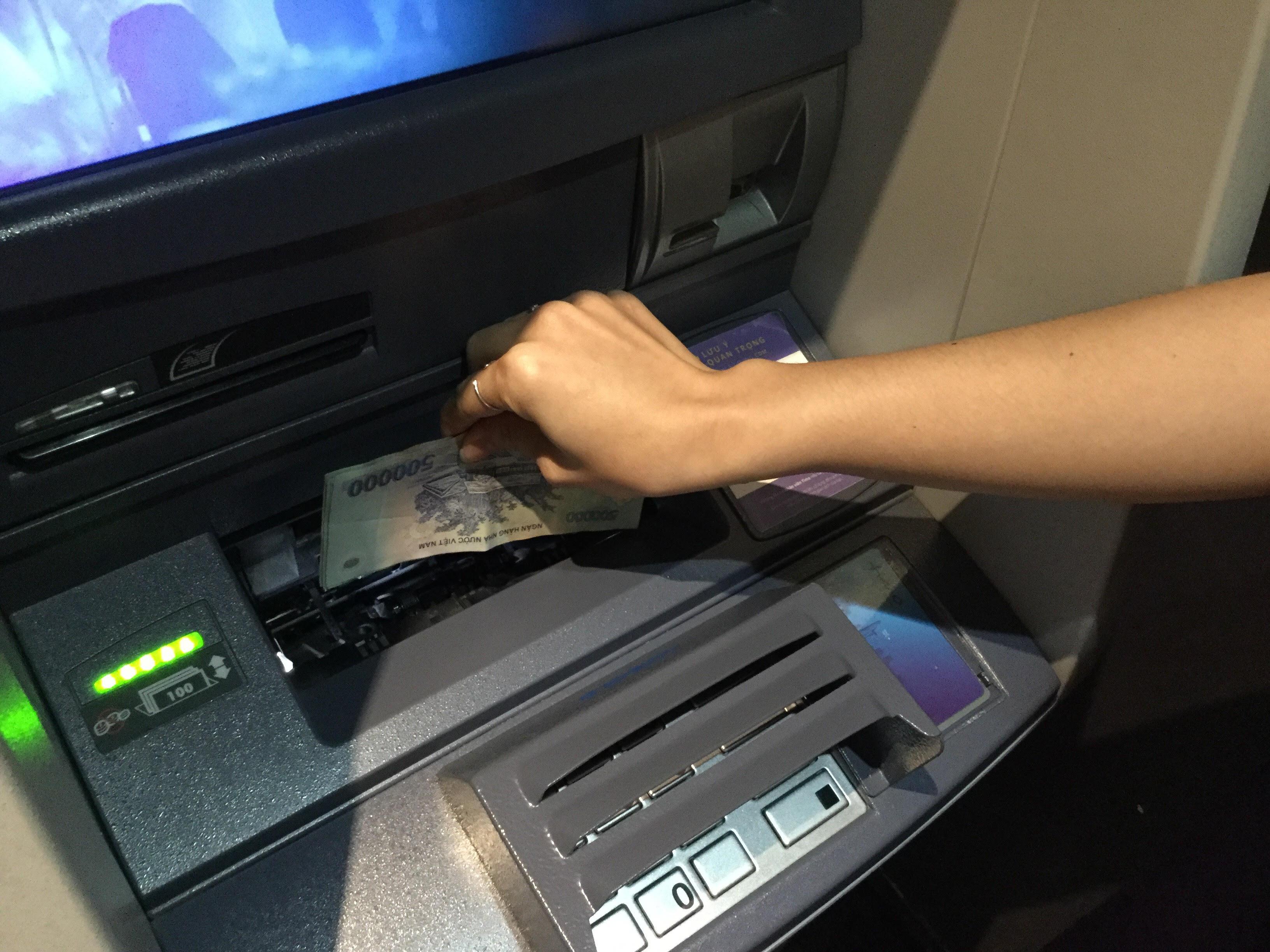 Sử dụng máy CDM để nạp tiền cho tài khoản Mastercard