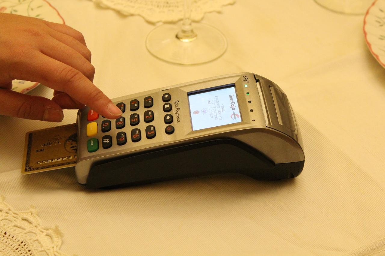 Thanh toán tiền điện qua máy POS (Nguồn Internet)