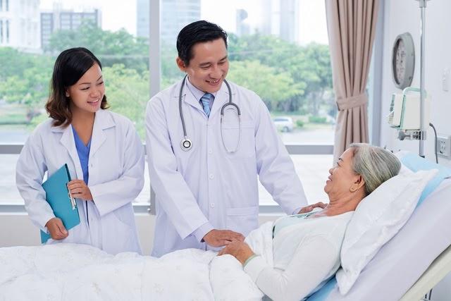 có nên mua bảo hiểm sức khỏe cho người cao tuổi