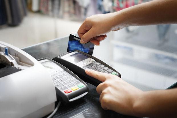 Sử dụng thẻ ATM rất tiện ích